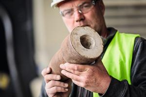 """<div class=""""bildtext"""">4 Die Schamottsteine werden mitunter auch in Metallhülsen&nbsp;geliefert. In solchen Fällen sind zusätzliche Umrüstzeiten für das Brechwerkzeug und eine gründliche Reinigung des Lokotrack erforderlich, um die Mischprodukte sauber aufbereiten und trennen zu können </div>"""