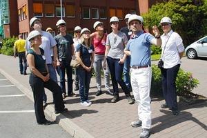 """<span class=""""bildunterschrift_hervorgehoben"""">7</span>Eine der sechs Gruppen bei der Werksführung • One of the six groups during a plant tour<br />"""