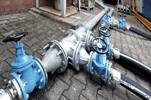 "<div class=""bildtext"">6Anschluss der flexiblen Druckluft-Leitungen an die zentrale Sammelleitung • Connection of the flexible compressed air pipes to the central manifold</div>"