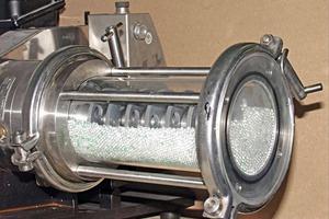 Rührwerkskugelmühle mit Glasmahlraum • Stirred media mill with grinding chamber made of glass<br />