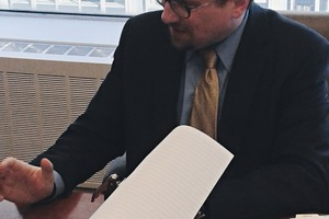 """<div class=""""bildtext"""">Vertragsunterzeichnung Signing of the contract</div>"""