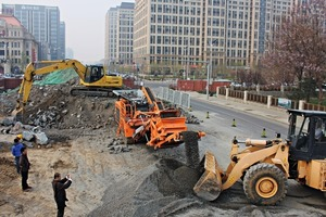 "<div class=""bildtext"">3 Das Potential für Rockster ist beachtlich - rund 40 Mio. Tonnen Bauschutt könnten allein in Peking aufbereitet werden • The potential for the Rockster is formidable&nbsp;– around 40&nbsp;million tonnes building waste can be recycled in Beijing alone</div>"