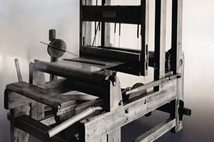 2 Einer der ersten Webstühle dient heute nur noch als Ausstellungsstück ● One of the company's first wire cloth weaving machines is today only an exhibit<br />