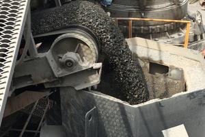 """<div class=""""bildtext"""">2 Herstellung von Brechsand, der sich für Bauzwecke als geeigneter erweist, als Sand aus natürlichen Vorkommen • Manufactured sand being produced which is proving to be superior for construction purposes to naturally occurring deposits</div>"""