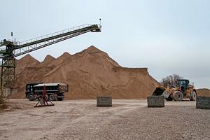 "<div class=""bildtext"">5 Sandhalde am alten Standort • Sand stockpile at the old site</div>"