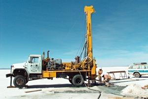 3 Bohrung einer Sonde im Rio Grande de Lipez mit Mobile Drill 80 ● Drilling of a probe in the Rio Grande de Lipez with Mobile Drill 80