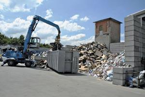 """<div class=""""bildtext"""">1Geschäftiges Treiben auf dem Landauer Wertstoffhof • Busy activity at the Landau-based recycling centre</div>"""