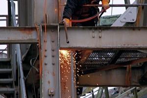 """<div class=""""bildtext"""">11 Ein Mitarbeiter der ASE Technik beim Abbau • An ASE Technik employee during dismantling</div>"""