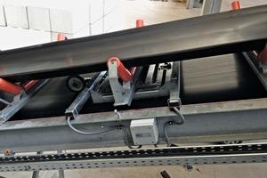 """<div class=""""bildtext"""">3 Einrollenstuhl-Bandwaage EBW&nbsp;10 für Förderleistungen von 2-1000&nbsp;t/h und Bandbreiten von 500-1000&nbsp;mm – komplett montiert im Gurtförderer • EBW&nbsp;10 single-pulley belt scale for conveying rates of 2-1000&nbsp;t/h and belt widths from 500-1000&nbsp;mm – fully installed in the belt conveyor</div>"""