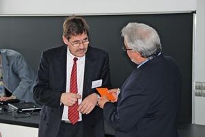 "<span class=""bildunterschrift_hervorgehoben"">9</span> Dipl.-Ing. Uwe Bruder diskutiert mit Dr. Klaus Meltke • Dipl.-Ing. Uwe Bruder in diskussion with Dr. Klaus Meltke"