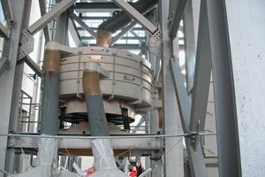 1 Taumelsiebmaschine in der Steine-Erdenindustrie ● Tumbler screen in the non-metallic minerals industry<br />