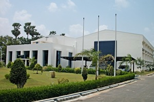 Das bestehende Firmengebäude von HAVER IBAU INDIA wurde um eine Montagehalle (rechts im Bild) erweitert • The existing HAVER IBAU INDIA company building was expanded by adding an assembly hall (right)