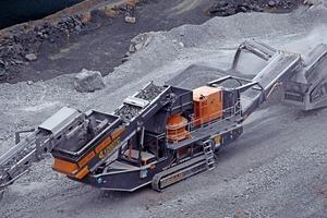 """<div class=""""bildtext"""">Neuer Kegelbrecher auf Raupen vom Typ 1200TC • New 1200TC Tracked Cone Crusher</div>"""