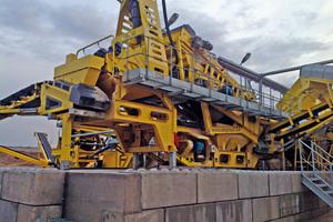 """<div class=""""bildtext"""">2 Die Sandaufbereitungsanlage EvoWash ist an der Tragkonstruktion der M2500 angebaut • The EvoWash sand washing plant is integrated on the M2500 chassis</div>"""