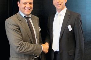 """<div class=""""bildtext"""">Der BVK-Vorsitzende Dr. Thomas Stumpf gratuliert dem frisch gewählten stellvertretenden Vorsitzenden Dr. Kai Schäfer<br /></div>"""