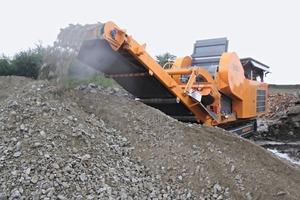 """<span class=""""bildunterschrift_hervorgehoben"""">1</span>Raupenmobiler Backenbrecher R1200 im Einsatz • Track-mounted R1200 jaw crusher in action<br />"""