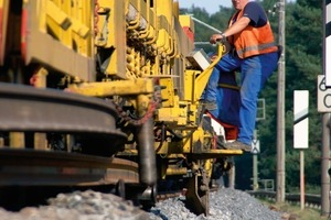 The track laying machine renews 150 m of track per hour