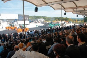The guests watched with great interest the machine demonstrations of Wirtgen, Vögele, Hamm and Kleemann<br />