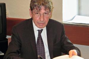 Vertragsunterzeichnung durch Dr. Heribert Breuer, Geschäftsführer allmineral GmbH &amp; Co. KG Thesigning of the contract by Dr. Heribert Breuer, Managing Director allmineral GmbH &amp; Co. KG<br />