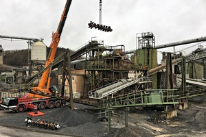 """<div class=""""bildtext"""">2 A heavy-duty crane lifts the new washing shafts into the plant</div>"""