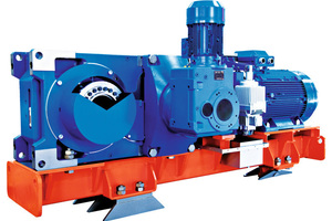 10 Industriegetriebe auf Messestand • Industrial gear unit at a trade fair stand