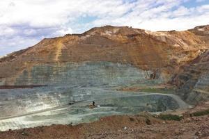 """<span class=""""bildunterschrift_hervorgehoben"""">1</span>Mit 4 Mio. Tonnen Abraum jährlich ist die Kupfererzmine von HCM auf Zypern eine der größten ihrer Art • With an overburden of 4million tons, the copper ore mine of HCM at Cyprus is one of the largest of its kind"""