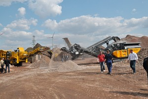 1 Mobile Sieb- und Brechanlagen in Aktion ● Mobile screening and crushing plants in operation