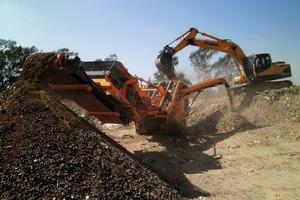 "<div class=""bildtext"">4 Rockster R700S at a landfill in Johannesburg, using the return belt as a stockpile conveyor</div>"