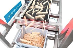 Auf dem HAVER CPA4 CONVEYOR werden z.B: Holzhackschnitzel vor der Analyse vereinzelt und ausgerichtet • On the HAVER CPA4 CONVEYOR, wood chips, for instance, are separated and aligned prior to analysis
