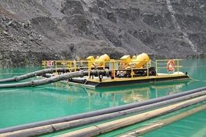 Auf einem Ponton befestigte Entwässerungspumpe ● Pontoon-mounted dewatering pump<br />