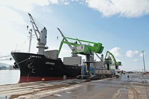 """<div class=""""bildtext"""">1 Buss Erk is using a new SENNEBOGEN 8130 EQ balance material handler in Iskenderun port to handle tonnes of fertilizer</div>"""