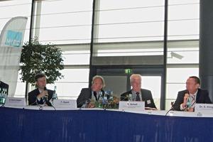 "<span class=""bildunterschrift_hervorgehoben"">9</span>Expertenrunde des Workshops ""Ketten-Reaktion: Die Baustoff-Industrie als Schlüsselgröße"" (von links nach rechts): Dr. Siegfried Klingenbiel, Ferdinand Wesling GmbH &amp; Co. KG, Rehburg Loccum – Moderation; Robert Scholl, VIFG Verkehrsinfrastrukturfinanzierungsgesellschaft mbH, Berlin; Frank Dupré, C. Dupré Bau GmbH &amp; Co. KG, Speyer; Hartmut Koch-Czech, Eduard Merkle GmbH &amp; Co. KG, Blaubeuren; Peter Röhm, P. u. G. Röhm &amp; Söhne GmbH &amp; Co. KG, Wendlingen am Neckar • Experts during the workshop ""Chain reaction: The building materials industry as key factor""(from left to right): Dr. Siegfried Klingenbiel, Ferdinand Wesling GmbH &amp; Co. KG, Rehburg Loccum, moderation; Robert Scholl, VIFG Verkehrsinfrastrukturfinanzierungsgesellschaft mbH, Berlin; Frank Dupré, C. Dupré Bau GmbH &amp; Co. KG, Speyer; Hartmut Koch-Czech, Eduard Merkle GmbH &amp; Co. KG, Blaubeuren;&nbsp;Peter Röhm, P. u. G. Röhm &amp; Söhne GmbH &amp; Co. KG, Wendlingen am Neckar"