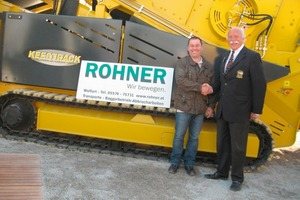Anton Stauss sen. (r.) after handing over the Keestrack screening plant to Christoph Rohner (l.)