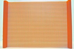 2 Segment aus einem PU-Quadratmaschensiebbelag mit 1&nbsp;mm Öffnungen • Segment of a polyurethane square-mesh screen with 1&nbsp;mm apertures<br />