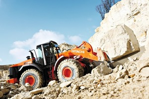 Hitachi Radlader ZW310 beim Blocktransport ● Hitachi wheeled loader ZW310 handling blocks