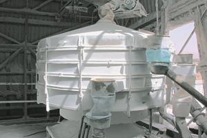 2 Taumelsiebmaschine in der Meersalzaufbereitung in der Negev-Wüste/Israel ● Tumbler screen processing sea salt in the Negev Desert/Israel<br />
