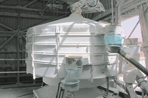 "<span class=""bildunterschrift_hervorgehoben"">2</span>Taumelsiebmaschine in der Meersalzaufbereitung in der Negev-Wüste/Israel <strong>• </strong>Tumbler screen processing sea salt in the Negev Desert/Israel<br />"