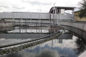 Von den Belebungsbecken fließt das Abwasser in zwei Nachklärbecken mit Rücklaufschlammpumpwerk