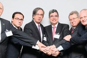 """<div class=""""bildtext"""">Brasilien müsse beginnen, sich als Exportnation zu verstehen, sagte VDMA-Präsident Dr. Rheinhold Festge (zweiter von rechts). Das Foto zeigt Teilnehmer der Konferenz zusammen mit dem Leiter des deutschen Kompetenzzentrums Bergbau und Rohstoffe in Sao Paulo, Alessandro Colucci (zweiter von links)</div>"""