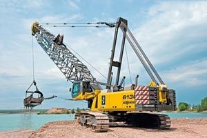 Der SENNEBOGEN 6130 HD Seilbagger mit 5,6m³ Schürfkübel im Schleppschaufeleinsatz • The SENNEBOGEN6130HD duty cycle crawler crane with drag shovel, equipped with a 5.6m³ dragline<br />