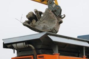 """<span class=""""bildunterschrift_hervorgehoben"""">2</span>Beschickung des R1200 mit Bauschutt • Feeding of the R1200 with demolition waste<br />"""
