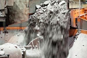 2 Drei unterschiedliche Aufgeber beschicken den Kegelvorbrecher Superior<sup>®</sup> 50-65 von Metso mit Chromerz # Chrome ore is fed into Metso's Superior<sup>®</sup> 50-65 primary gyratory crusher by three different vibrating feeders<br />