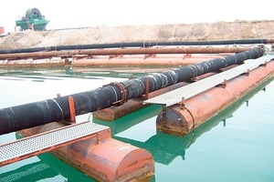 A conveying line for gravel made of rubber pipes on floating pontoons<br />