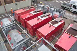 """<div class=""""bildtext"""">3Blick auf die Dieselaggregate (rote Gehäuse) und die Behälter fürden Dieselkraftstof<br />View onto the diesel packages (red housings) and the reservoirs for diesel fuel</div>"""