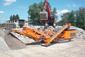 2 Der Rockster R1100 mit Prallbrecher in Kombination mit dem Siebsystem im Recycling von Bauschutt ● The Rockster R1100 with impact crusher combined with the screening system for recycling of demolition waste