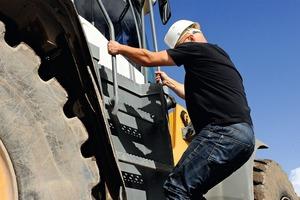2 Beim Be- und Entsteigen von Maschinen kommt es auf einen sicheren Stand an • When getting in and out of machines, a safe footing is essential<br />