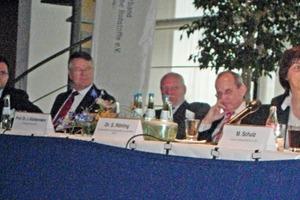 """<span class=""""bildunterschrift_hervorgehoben"""">8</span>Expertenrunde des Workshops """"Deutschland, reiches Rohstoffland"""" (von rechts nach links): Dr. Simone Röhling, Bundesanstalt für Geowissenschaften und Rohstoffe, Hannover; Prof. Dr. Josef Klostermann, Geologischer Dienst NRW, Krefeld; Min. Dir. Dr.&nbsp;Helge Wendenburg, BMU, Bonn; Min. Dir. Werner Ressing, BMWi, Berlin; Dr. Paul Páez-Maletz, Quarzwerke GmbH, Frechen • Experts during the workshop """"Germany, country rich in raw materials"""" (from right to left): Dr. Simone Röhling, Federal Office of Geosciences and Raw Materials, Hanover; Prof. Dr. Josef Klostermann, Geological Service of North-Rhine Westphalia, Krefeld; Under-secretary Dr. Helge Wendenburg, Ministry of the Environment, Nature Conservation and Nuclear Safety, Bonn; Under-secretary Werner Ressing, Federal Ministry of Commerce and Labour, Berlin; Dr. Paul Páez-Maletz, Quarzwerke GmbH, Frechen"""