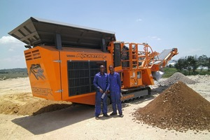 """<div class=""""bildtext"""">3 Two crusher operators in front of their new Rockster R700S</div>"""