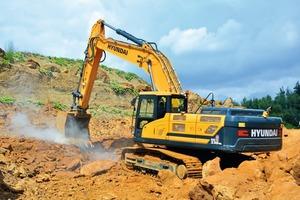 2 Mit einem 1,5-m<sup>3</sup>-Spezialtieflöffel reißt der Bagger das harte und plattige Material auf. Schwerstarbeit für Ausrüstung, Oberwagen und Ausleger