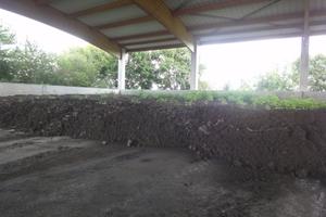Der entwässerte Schlamm lagert in einem 400 m³ fassendem, überdachten Lager